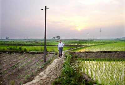 A farmer makes his way back home in the village of Wuwei, Anhui Province, July 2002. A full 20 years after the late patriarch Deng Xiaoping pushed through the decollectivisation of China's countryside, farmers in the rural reform laboratory of Anhui province say working the land alone is not enough for them to survive. (Photo: AAP).