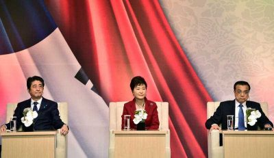 South Korean President Park Geun-hye, Chinese Premier Li Keqiang,and Japanese Prime Minister Shinzo Abe, during a news conference after trilateral summit at the Presidential Blue House in Seoul, South Korea, 1 November, 2015. The leaders of South Korea, China and Japan met Sunday for their first summit talks in more than three years as the Northeast Asian powers struggle to find common ground amid bickering over history and territory disputes. (Photo: AAP)