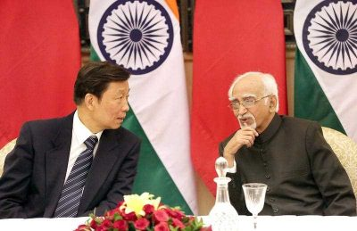 Chinese vice president Li Yuanchao chats with Indian vice president Mohammad Hamid Ansari prior to their meeting in New Delhi, India, 6 November 2015. Chinese vice president Li Yuanchao is in India on a state visit to strengthen the political and bilateral ties between the two countries. (Photo: AAP)