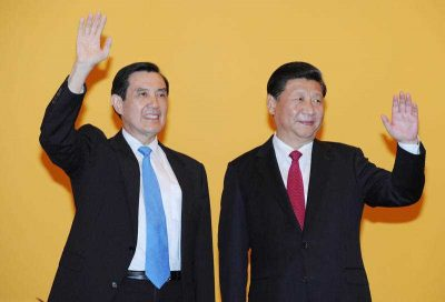 Chinese President Xi Jinping (R) and Taiwan President Ma Ying-jeou wave to the crowd of media before their historic meeting at Shangrila hotel in Singapore, Nov. 7, 2015. (Photo: AAP)