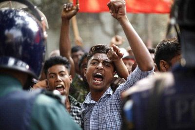 Activists of the ruling party supported Awami League's labour front Sramik League shout slogans as they are stopped by the law enforcement officials while they have marched towards the Bangladesh Nationalist Party Chairperson Khaleda Ziaâ's Gulshan office in Dhaka, Bangladesh 09 February 2015 (Photo: AAP)