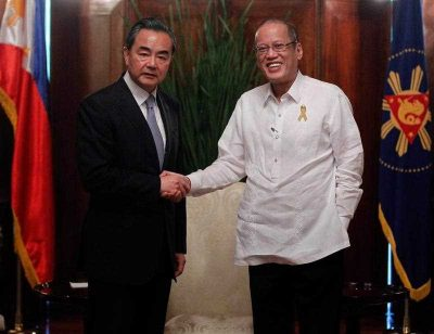 A handout picture dated and released on 10 November 2015 by the Malacanang Photo Bureau shows Chinese Foreign Minister Wang Yi shaking hands with President Benigno Aquino III inside the Malacanang presidential palace in Manila, Philippines, 10 November 2015. (Photo: APP).