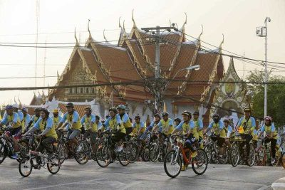 A pack of cyclists ride their bicycles past the Marble Temple during the Bike for Dad, mass bicycle ride campaign held to celebrate the 88th birthday of Thai King Bhumibol Adulyadej in Bangkok, Thailand, 11 December 2015. (Photo AAP).