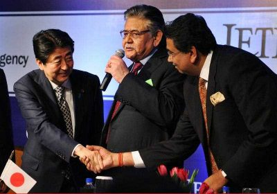 Japanese Prime Minister, Shinzo Abe shakes hands with President Elect of the Federation of Indian Chambers of Commerce & Industry, Harshavardhan Neotia in New Delhi. (Photo: AAP)
