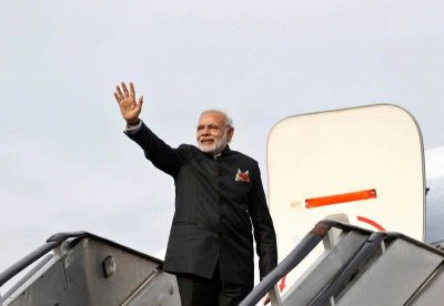 Indian Prime Minister, Narendra Modi, waves goodbye as he boards an aeroplane at the Kabul International Airport, Afghanistan, 25 December 2015. (Photo: APP).