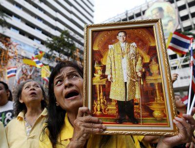 Thai royalist holds a portrait of King Bhumibol Adulyadej as she shouts 'Long Live the King' to celebrate his 87th birthday at Siriraj Hospital in Bangkok, Thailand, 05 December 2014. (Photo: EPA)