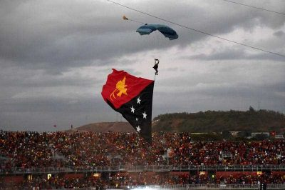 A parachutist comes in to land at an event at the sports stadium to mark 40 years of independence in Port Moresby, Papua New Guinea, 16 September 2015. (Photo: AAP).