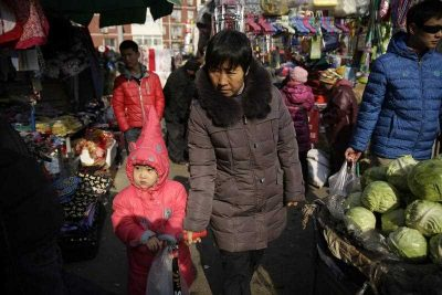 Chinese people shop in a market in Beijing, China, 14 January 2016. (Photo: AAP)