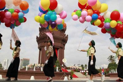 Cambodian students hold balloons during a ceremony at the Independence Monument in Phnom Penh, Cambodia, 9 November 2015. (AAP).