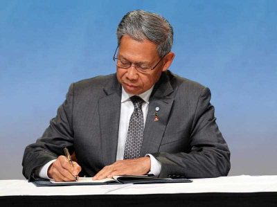 Malaysia Minister of International Trade and Industry Mustapa Mohamed signs the Trans-Pacific Partnership Agreement in Auckland, New Zealand. (Photo: AAP)