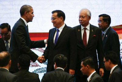 United States President Barack Obama shakes hands with Chinese Premier Li Keqiang while Malaysian Prime Minister Najib Razak and Laotian Prime Minister Thongsing Thammavong look on during the 10th East Asia Summit at the 27th ASEAN Summit in Kuala Lumpur, Malaysia. (Photo: AAP).