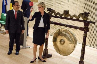 Australian Foreign Minister Julie Bishop prepares to hit the gong with Indonesian Minister of State Secretary Pratikno to mark the opening ceremony of the new Australian Embassy in Jakarta, Indonesia, 21 March 2016. (Photo: AAP).