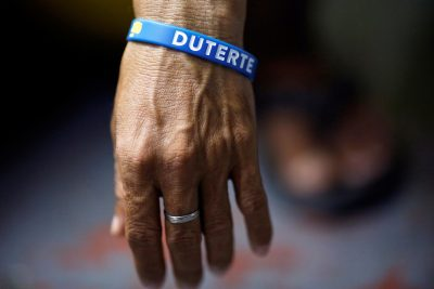 An inmate who is about to be released wears a wristband with the name of Philippine President Rodrigo Duterte at Quezon City Jail in Manila, Philippines 18 October 2016 (Photo: Reuters/Damir Sagolj).