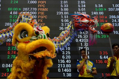Lion and dragon dancers perform in front of an electric board at the trading floor of the Philippine Stock Exchange to celebrate the Chinese Lunar New Year, Philippines (Photo: Reuters/Ezra Acayan).