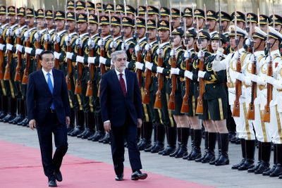 Chinese Premier Li Keqiang (L) and Afghan Chief Executive Officer Abdullah Abdullah attend a welcome ceremony at the Great Hall of the People in Beijing, China, 16 May 2016. (Photo: Reuters/Kim Kyung).
