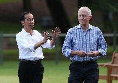 Indonesian President Joko Widodo gestures as he walks with Australian Prime Minister Malcolm Turnbull in Sydney, Australia, 26 February 2017 (Photo: Reuters/David Moir/Pool).