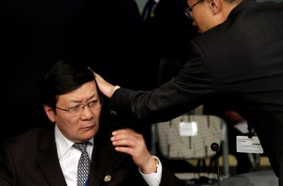 An aid adjusts a hair of Chinese Finance Minister Lou Jiwei before the Development Committee meeting during the IMF/World Bank annual meetings in Washington, US 8 October 2016. (Photo:Reuters/Yuri Gripas).