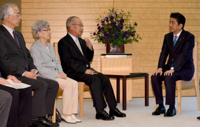 Japanese Prime Minister Shinzo Abe (R) listens to Shigeo Iizuka (2nd R), leader of a group of families of Japanese abducted by North Korea, and its members at his official residence in Tokyo 28 September 2017. (Photo: Reuters/Toshifumi Kitamura).