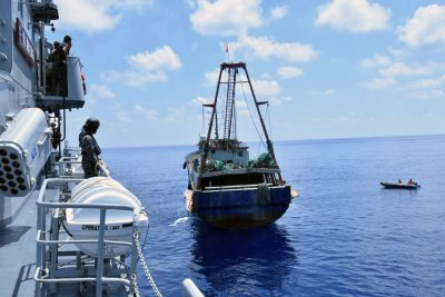 The Indonesian Navy vessel KRI Imam Bonjol (L) inspects the Chinese flagged fishing boat Han Tan Cou (R) in the waters near Natuna Islands, Riau Islands province, Indonesia,  17 June 2016 (Photo: Reuters/Antara)