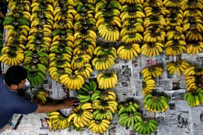 A vendor arranges bananas at a wet market in Klang, outside Kuala Lumpur, Malaysia, 27 October 2017 (Photo: Reuters/Lai Seng Sin).