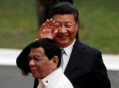 Visiting Chinese President Xi Jinping waves to the media as he walks with Philippine President Rodrigo Duterte before their bilateral meeting at the Malacanang presidential palace in Manila, Philippines, 20 November 2018 (Photo: Reuters/Erik De Castro).