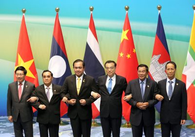 Vietnamese Foreign Minister Pham Binh Minh, Prime Ministers Thongsing Thammavong of Laos, Prayuth Chan-ocha of Thailand, Li Keqiang of China, Hun Sen of Cambodia and Myanmar's Vice President Sai Mauk Kham (L-R) hold hands as they pose for pictures during Lancang-Mekong cooperation leaders' meeting in Sanya, Hainan province, China, 23 March 2016 (Photo: Reuters/China Daily).