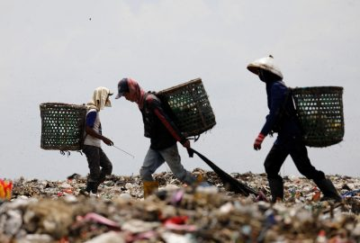 People search for items to sell for recycling, mostly plastic, at Bantar Gebang landfill in Bekasi, West Java province, near Jakarta, Indonesia, 22 November 2018 (Photo: Reuters/Darren Whiteside).