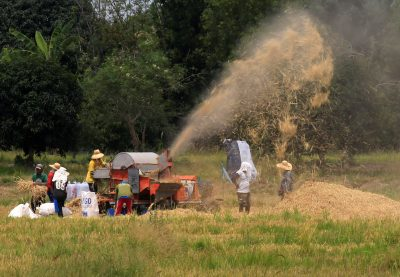 Farmers use a threshing machine at a rice field in Calumpit town, Bulacan province, north of Manila, Philippines, 23 April 2018 (Photo: Reuters/Romeo Ranoco).