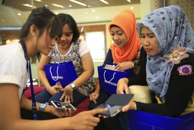 Women listen as a Samsung employee provides instructions on using their new Galaxy smartphones in Jakarta, 11 April 2014. (Photo: Reuters/Beawiharta).