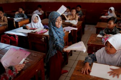 A Muslim student holds a book in a class at a school in Cikawao village of Majalaya, West Java province, Indonesia, 23 September 2017 (Photo: Reuters/Beawiharta).