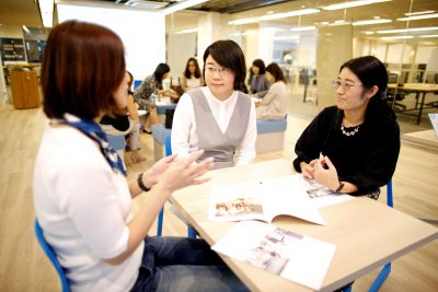 31-year-old Haruka Hirokawa (C) and 35-year-old Sayaka Kishi (R) take part in a women-only financial seminar named 'Kinyu Joshi' (Finance Women) in Tokyo, Japan, 4 October 2018 (Photo: Reuters/Issei Kato).