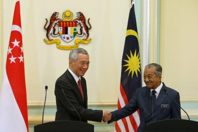 Singapore's Prime Minister Lee Hsien Loong shakes hands with Malaysia's Prime Minister Mahathir Mohamad after a joint news conference in Putrajaya, Malaysia, 9 April 2019 (Photo: Reuters/Lai Seng Sin).