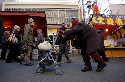 Une femme âgée marche dans la rue dans le quartier de Sugamo à Tokyo, le 14 janvier 2015 (Photo: Reuters / Toru Hanai).