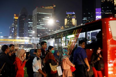 People wait for a public bus in a business district in Jakarta, Indonesia, 13 November 2018 (Photo: Reuters/Beawiharta)