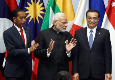 India's Prime Minister Narendra Modi speaks with China's Premier Li Keqiang next to Indonesia's President Joko Widodo as they gather for a group photo with ASEAN leaders at the Regional Comprehensive Economic Partnership meeting in Singapore, 14 November 2018 (Photo: Reuters/Edgar Su).