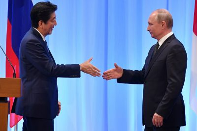 Russia's President Vladimir Putin shakes hands with Japan's Prime Minister Shinzo Abe during a news conference after the G20 Summit in Osaka, Japan. 29 June 2019 (Photo: Reuters/Yuri Kadobnov).