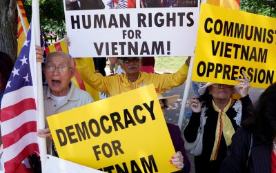 Vietnamese Americans protest outside the White House before US President Donald Trump's meeting with Vietnamese Prime Minister Nguyen Xuan Phuc at the White House in Washington, US, 31 May 2017 (Photo: Reuters/Kevin Lamarque).
