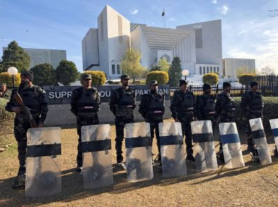 Paramilitary soldiers stand guard outside the Supreme Court building in Islamabad, Pakistan, 29 January 2019 (Photo: REUTERS/Saiyna Bashir).
