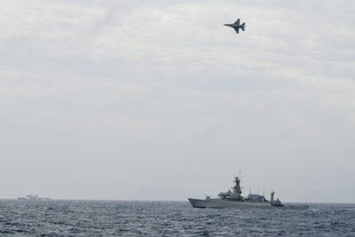 Jet F-16 TNI AU terbang di atas kapal perang angkatan laut Indonesia dalam operasi pada 10 Januari 2020 di Netunia, dekat Laut China Selatan.