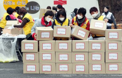 In the photo taken on 13 February 2020 at the Incheon metropolitan branch of the Korean Red Cross in South Korea, volunteers are preparing emergency food to reach citizens who have been isolated from their homes, including those who have come into contact with people infected with the new coronavirus (Photo: Reuters).