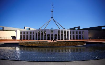 Tourists walk around the forecourt of Australia's Parliament House in Canberra, Australia, 16 October 16 2017 (Photo: Reuters/David Gray).