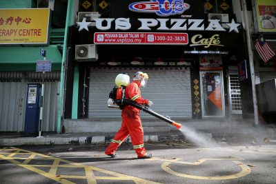 A worker sprays disinfectant on a street during the movement control order due to the outbreak of the coronavirus disease in Kuala Lumpur, Malaysia 28 March 2020 (Photo :Reuters/Lim Huey Teng).