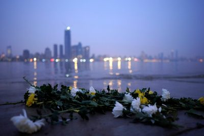 Fresh chrysanthemum flowers, a traditional Chinese funeral flower, lie on the banks of the Yangtze River on the eve of the Tomb-sweeping Festival in Wuhan, Hubei province, the epicentre of China's coronavirus disease (COVID-19) outbreak, 3 April 2020 (Photo: REUTERS/Aly Song).