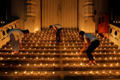 People light candles during a vigil in memory of the victims of a string of suicide bomb attacks across the island on Easter Sunday, in Colombo, Sri Lanka 28 April 2019 (Reuters/Thomas Peter/File Photo).
