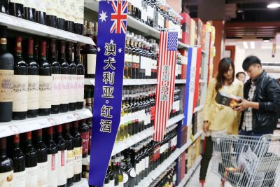 Chinese customers shop for wine imported from Australia, the United States or France at a supermarket in Xuchang city, central China's Henan province, 17 October 2013 (Photo: Reuters).