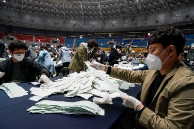 National Election Commission officials count ballots for the parliamentary elections, amid the coronavirus disease (COVID-19) outbreak, in Seoul, South Korea, April 15, 2020 (Photo: Reuters/Hong-Ji).