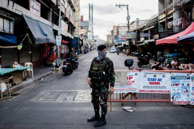 A soldier wearing a face mask holds on his weapon as he guards an empty street following the lockdown imposed to contain the coronavirus disease (COVID-19) in Manila, Philippines, 25 April 2020 (Photo:Reuters/Eloisa Lopez).