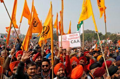 Les partisans du parti Bharatiya Janata (BJP) au pouvoir en Inde brandissent des drapeaux alors qu'ils assistent à un rassemblement, adressé par le ministre de l'Intérieur Amit Shah, à l'appui d'une nouvelle loi sur la citoyenneté, à Lucknow, Inde, 21 janvier 21 2020 (Reuters / Pawan Kumar).