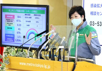 Tokyo Governor Yuriko Koike announces the three-step road map for the easing of measures against the new coronavirus at the Tokyo Metropolitan government office in Tokyo, Japan, 22 May 2020 (Photo: Reuters/Yoshio Tsunoda/AFLO).
