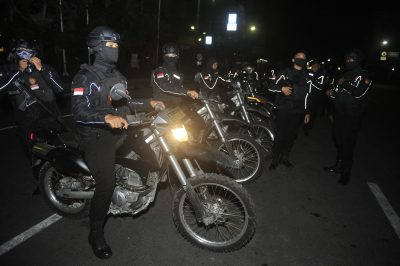 Personnel tasked to guard conduciveness while Indonesian residents welcome Eid al-Fitr celebrations in mosques around Medan, Sumatra, Indonesia, 23 May 2020 (Photo: Sutanta Aditya/ abacapress.com via Reuters).